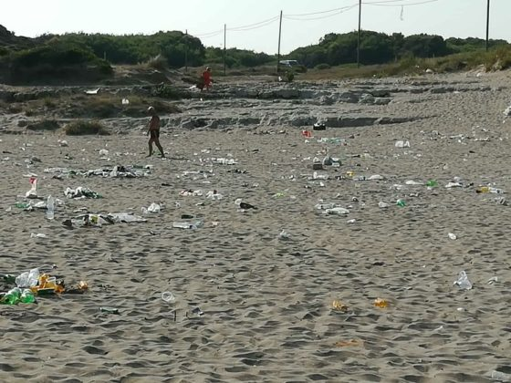 Spiaggia sporca dopo la notte di San Lorenzo, la segnalazione arriva direttamente dai bagnanti