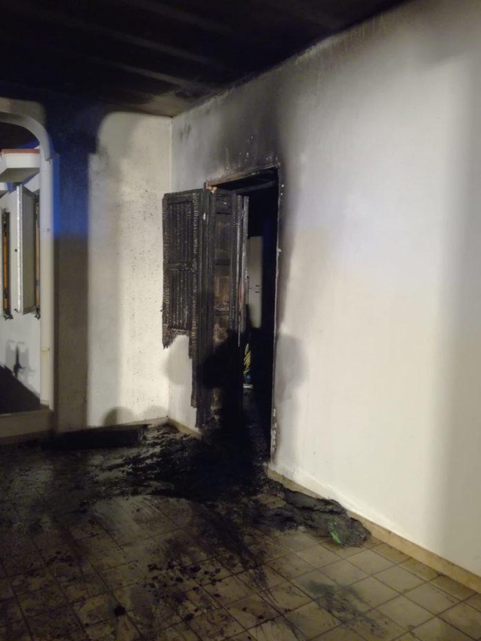 La porta andata a fuoco