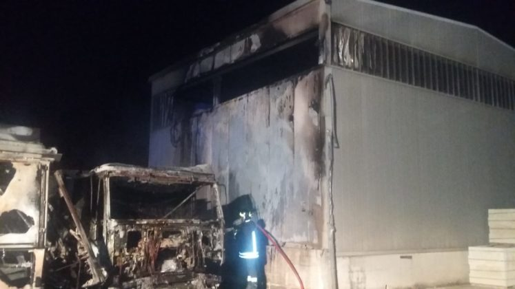 Incendio in un oleificio di Carovigno: distrutti due auto-mezzi