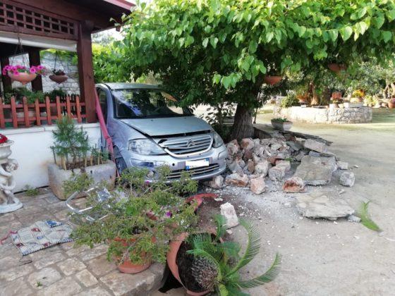 In stato di alterazione psicofisica, piomba con l'auto in un'abitazione.